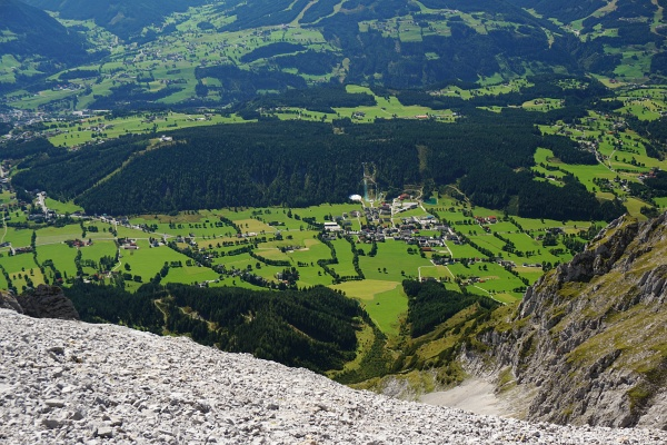 Tiefblick von der Hohen Rams auf die Ortschaft Ramsau am Dachstein