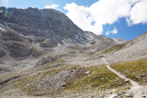 Unterwegs im Landfriedtal. Erste Wolken erreichen die Scheichenspitze.