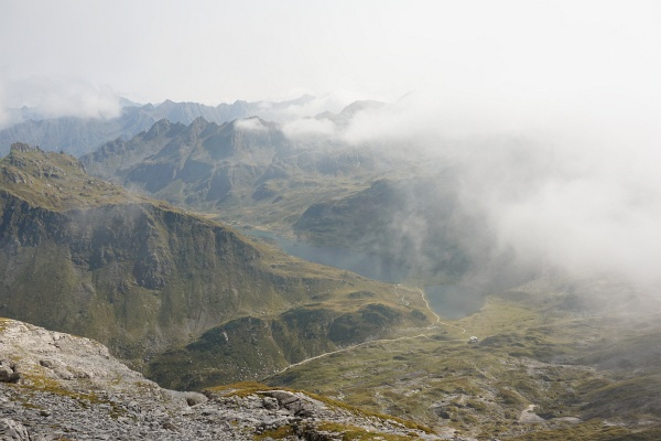 Rasch ziehende Wolken auf der Steirischen Kalkspitze mit Ausblick über die Giglachseen