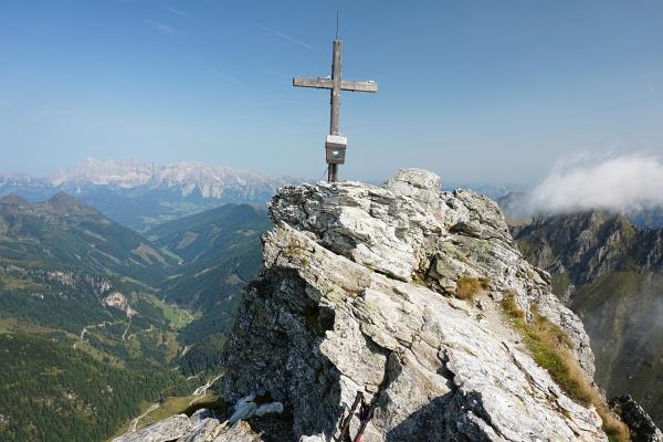 Beim Gipfelkreuz auf der Steirische Kalkspitze