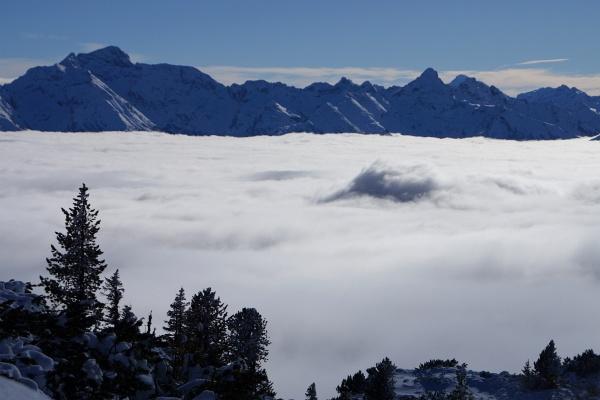 """Blick über """"Nebel-Blähungen"""" in die Schladminger Tauern mit der Hochwildstelle (links) und dem Höchstein (rechts)"""