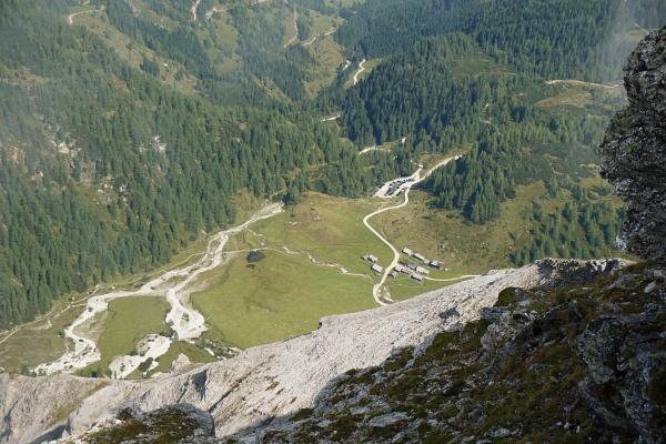 Tiefblick von der Steirischen Kalkspitze auf die 850 Meter tiefer liegende Ursprungalm