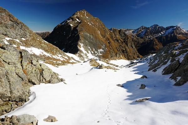 In der Kruckeckscharte verlassen wir die markierte Wanderroute und steigen weglos über Schneefelder höher.