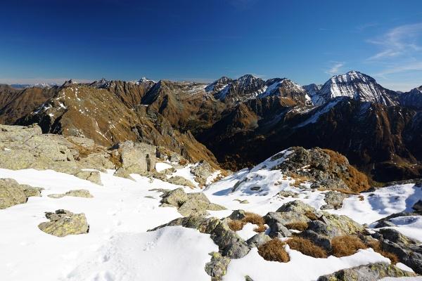 Über schön gestufte Terassen im Schnee höher.