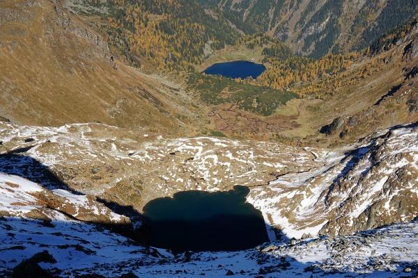 Tiefblick zu den Buckelkarseen (teilweise im Schatten im unteren Bildbereich) und zum Dusitzkarsee