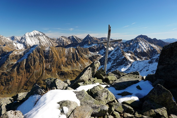 Beim etwas provisorisch wirkenden Gipfelkreuz am Sauberg