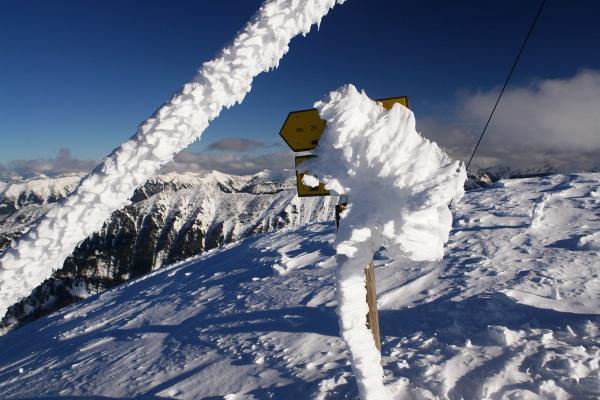 Schneidiger Wind am letzten Gipfelhang. Beim Gipfelkreuz selbst ist es aber recht angenehm.