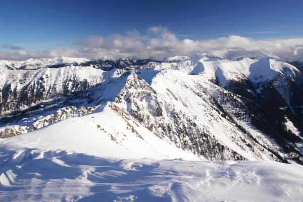 Ausblick vom Gumpeneck über die schneebedeckten Gipfel der Rottenmanner und Wölzer Tauern