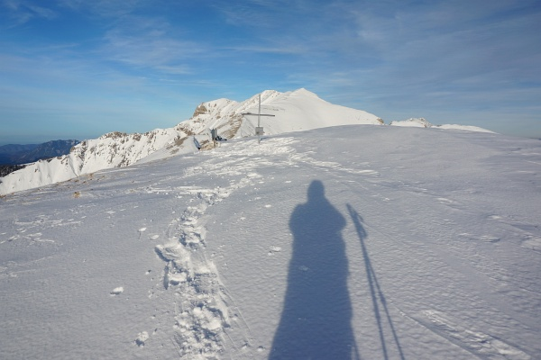 Die Schatten werden jetzt schon früh länger. Beim Gipfelkreuz am Kleinmölbing war Endstation. Der Hochmölbing war noch zu weit entfernt.