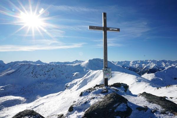 Beim Gipfelkreuz auf der Karlspitze. Im Hintergrund das Scrheinl.