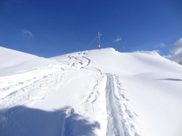 Knapp unterhalb vom Gipfelkreuz am Kochofen verlässt man den zuletzt recht steilen Wald