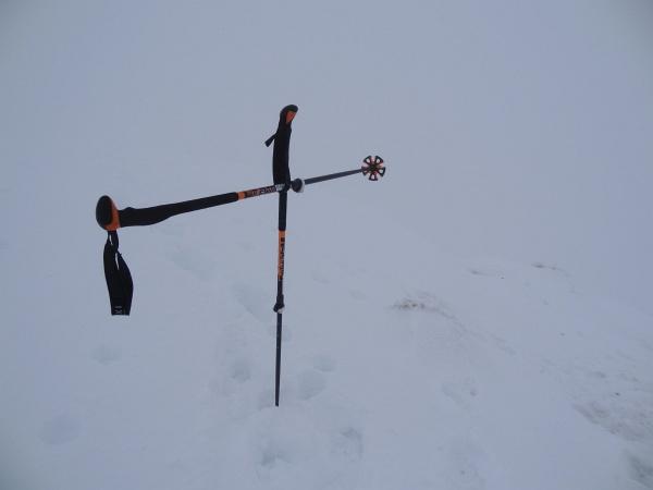 In den Bergen sollte man fit und schmerzfrei sein. Dann kann man auch mit den sonstigen Herausforderungen - wie z.B. nur 3 Meter Sicht am Gipfel des Dromeisspitz - besser umgehen.