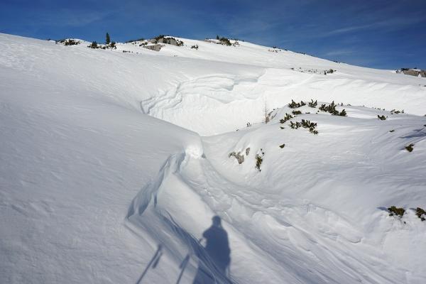Beachtliche Schneemengen überdecken Dolinen und Latschenfelder.
