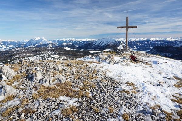 Beim Gipfelkreuz am Hirzberg. Links der Grimming, rechts der Kammspitz.