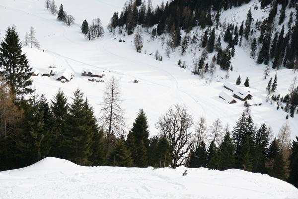 Tiefblick zur Hintergnadenalm. 300 Höhenmeter verläuft unsere neue Route steil bergan.