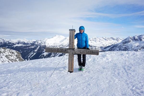 Die AlpenYetin beim Gipfelkreuz am Spirzinger