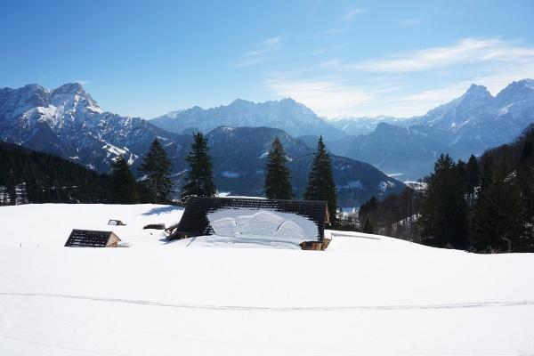 Ausblick von der Grabneralm zu den Gesäuse-Bergen: Großer Buchstein (links), Hochtorgruppe mit Planspitze und Ödstein (Mitte), Admonter Reichenstein (rechts)