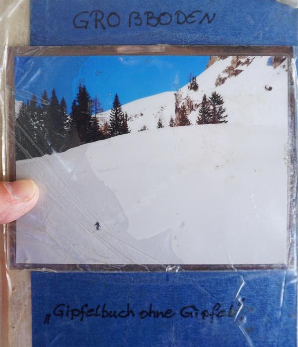 Eine Metall-Kassette auf einem Baum am Weg zum Admonter Haus: Ein Gipfelbuch ohne Gipfel