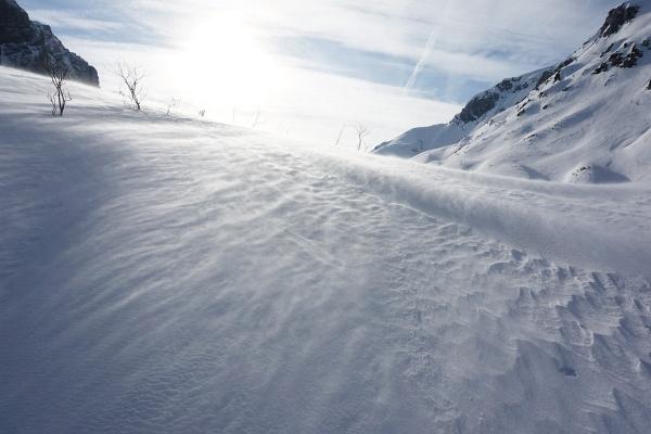 Der starke Wind fegt Schneekristalle über den Boden (und ins Gesicht).