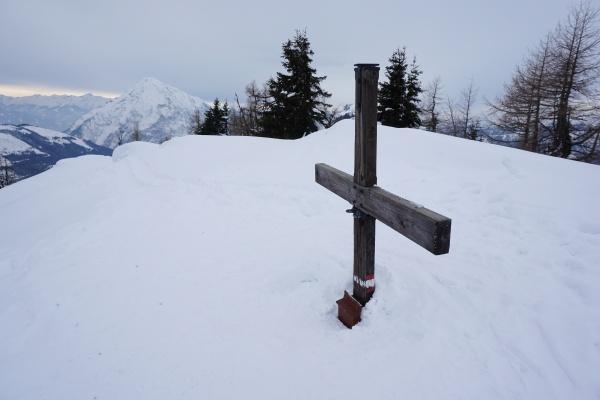 Beim meinem Besuch habe ich am Feldl zwar niemanden getroffen, die zahlreichen Schneeschuh- und Schispuren lassen aber ein beliebtes Ausflugsziel vermuten.
