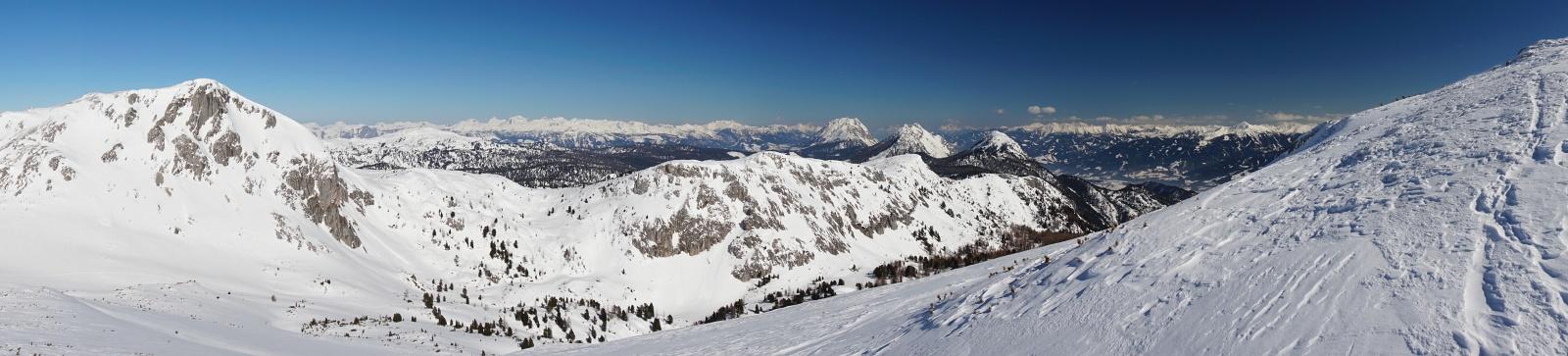 Ausblick von der Luserwand Richtung Osten (Links der Kleine Miesberg, rechts der Kufstein - dahinter Grimming, Kammspitz und Stoderzinken)