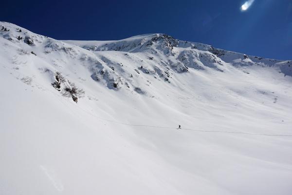 Schitourengeher unterhalb vom Schafdach am Weg auf den Kammkarlspitz in den westlichen Rottenmanner und Wölzer Tauern