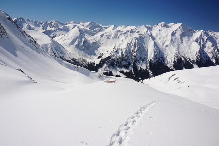 """Bei den heutigen perfekten Pulverschneeverhältnissen bedaure ich, """"nur"""" mit Schneeschuhen unterwegs zu sein."""