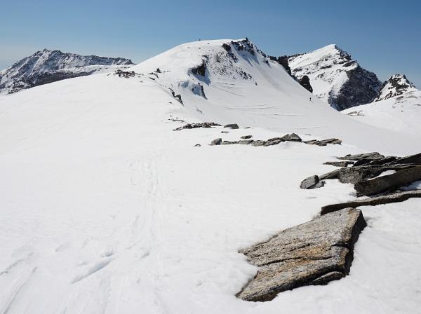 Kurz bevor ich am Hauptgipfel über die unschwierige Nordseite ankomme, fahren einige Skitourengeher ab.