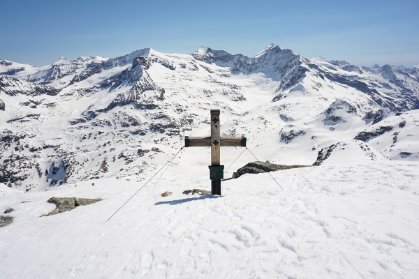 Beim Gipfelkreuz bin ich ganz alleine