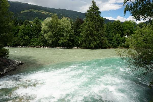 Rein gefühlsmäßig ist die Isel (von links) größer als die Drau, fortan trägt der Fluß aber den Namen Drau