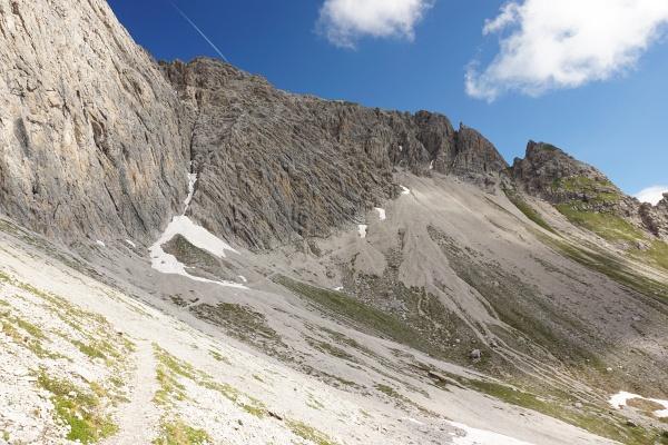 Steil, aber gut und einfach begehbar zieht der breite Steig über die Schuttfelder von links unten nach rechts oben. Oberhalb der Bildmitte am Grat erkennen wir bei genauerem Hinsehen die Linderhütte.
