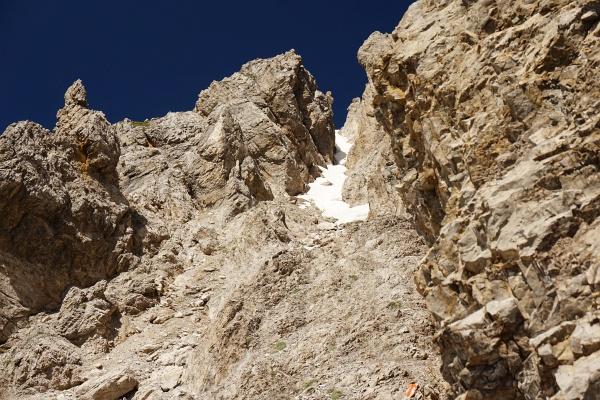 Rechts an der Felswand entlang zieht der brüchige Steig nach oben. Wie würde es im Schneefeld weitergehen?