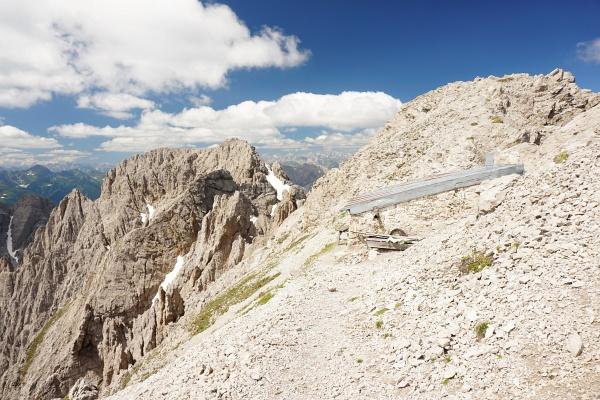 """Gut """"getarnt"""" schmiegt sich die Linderhütte direkt am Grat in die Landschaft"""