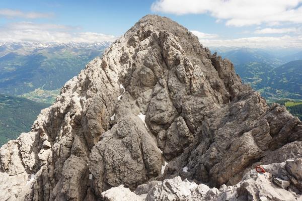 Bei der Linderhütte ist man noch nicht am Ziel. Zunächst geht es noch einmal 50 Höhenmeter hinunter, ehe der Steig wieder 80 Höhenmeter zum höchsten Punkt hinaufzieht.