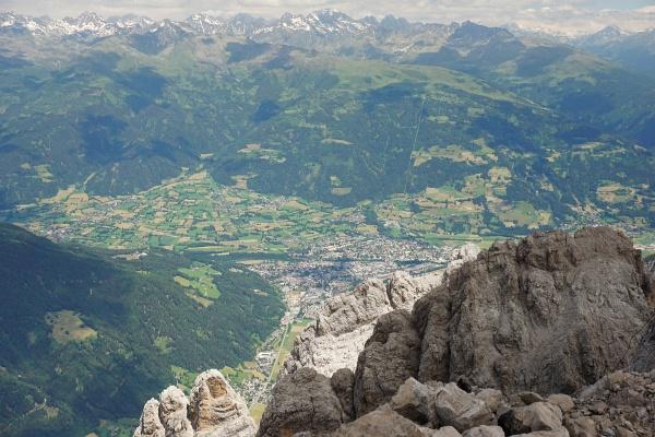 Blick vom Spitzkofel auf die 2.000 Höhenmeter tiefer liegende Sonnenstadt Lienz