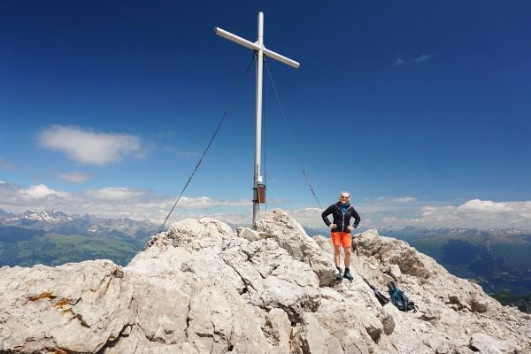 Die AlpenYetin beim Gipfelkreuz am Spitzkofel