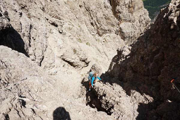 In den einfachen Kletterfelsen mit Drahtseilunterstützung ist die AlpenYetin in ihrem Element.