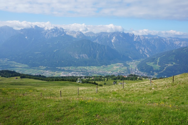 Ausgehend von der Faschingalm wandern wir am Zettersfeld Richtung Nordwesten. Unter uns liegt Lienz.