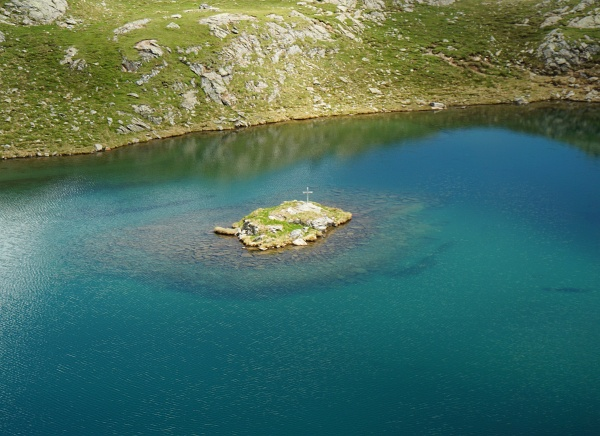 Inselchen mit Kreuz im See