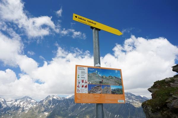 Nach links zum Schleinitzer Klettersteig, nach rechts zum östlichen Sattelkopf.