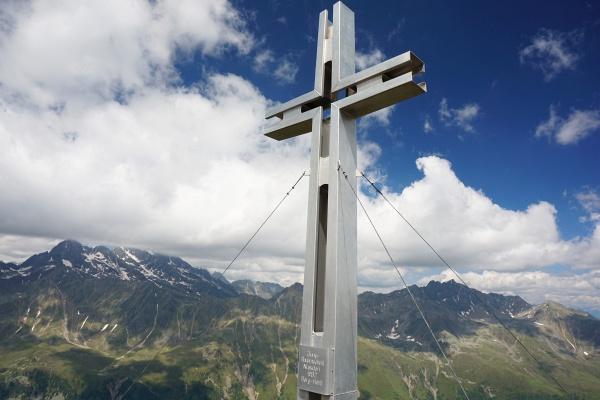 Beim großen Gipfelkreuz am östlichen Sattelkopf