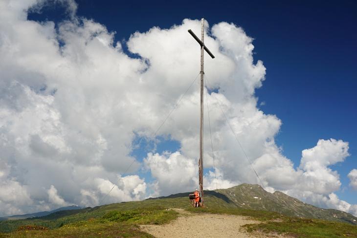 Böses Weibele ... im Hintergrund. Vorne meine Liebste beim außergewöhnlich hohen Gipfelkreuz am Hochstein.