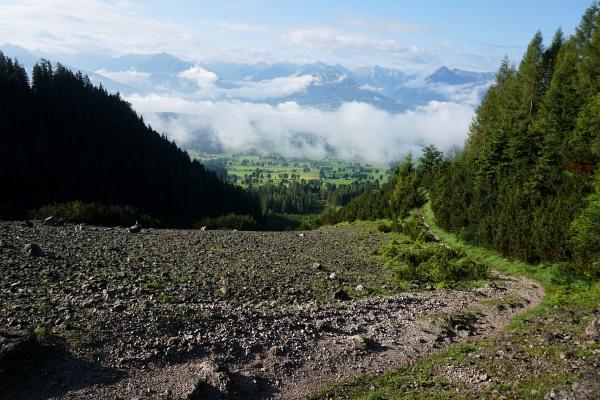 Der Tag beginnt grundsätzlich sonnig, auch wenn sich über manchen Tälern und einigen Gipfel zunächst noch Nebel hält