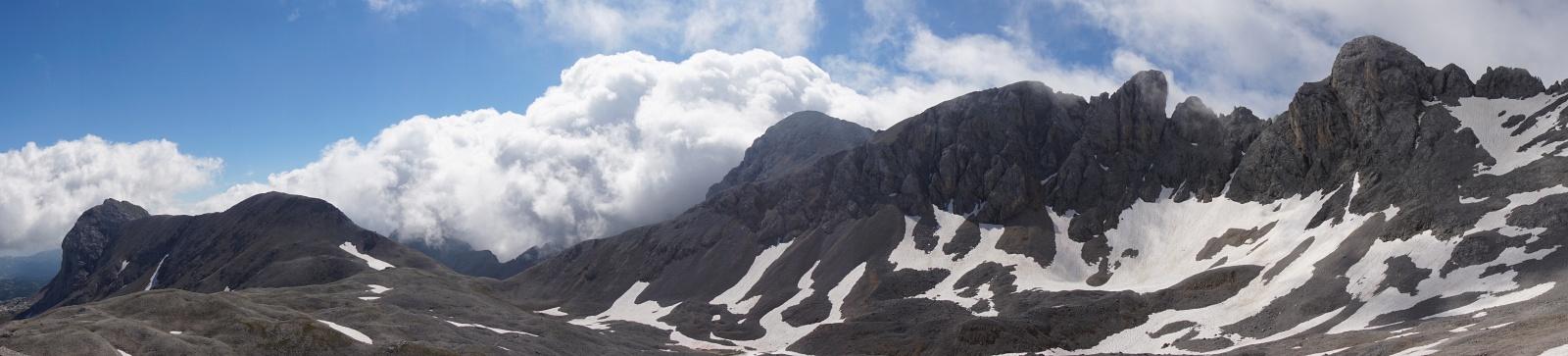 Links der langgezogene Landfriedstein, rechts daneben liegt der Eselstein unter den Wolken verborgen. Weiter rechts folgt der Höhenzug von der Scheichenspitze bis herüber zur Edelgrießhöhe.
