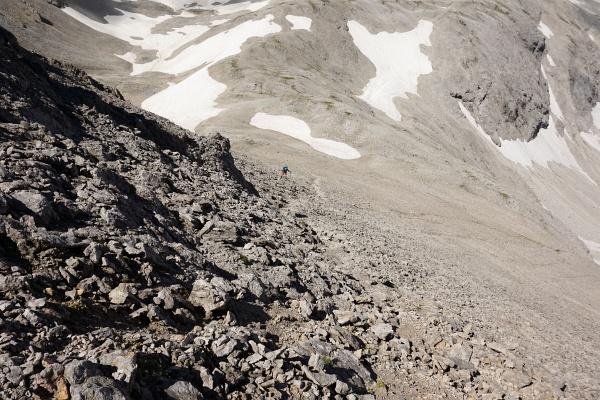 Steil und brüchig geht es auf den Südwest-Ansatz des Eselstein herauf. Ingrid links der Bildmitte.