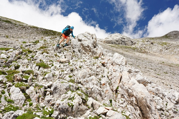 Mit langsamen, konzentrierten Schritten geht´s ganz gut über die steile Südostflanke herunter.