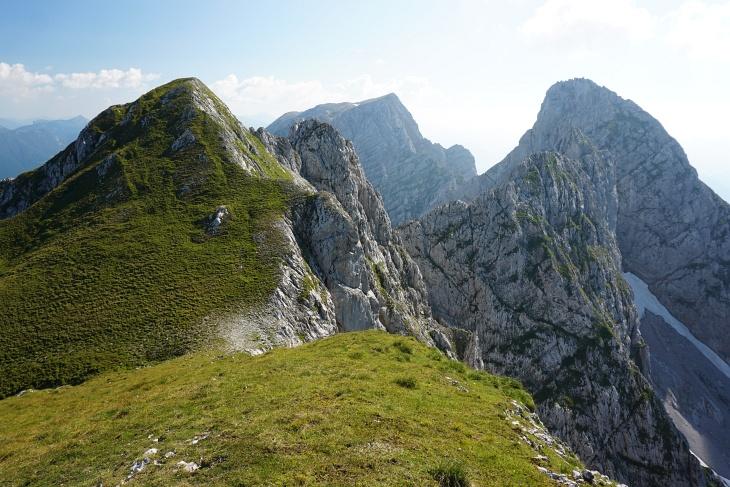 Links die Steinfeldsptize, in Bildmitte der Große Grimming und rechts die Schartenspitze