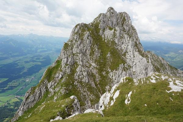 Über Steilrasen und Felsen gelangt man auf den Zwölfer
