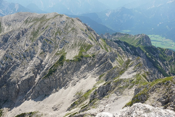 Blick zurück zum Natterriegel. Unsere Abstiegsroute verläuft durch das steinige Roßkar und dann auf einem unmarkierten Steig über die rechte Seite.