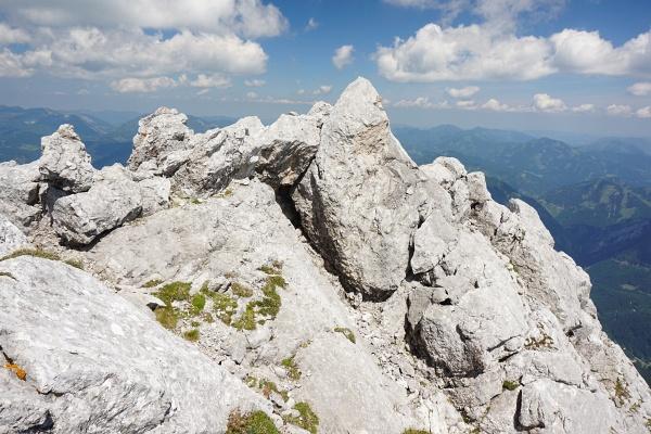 Jausenplatzerl in einer windgeschützen Felsnische